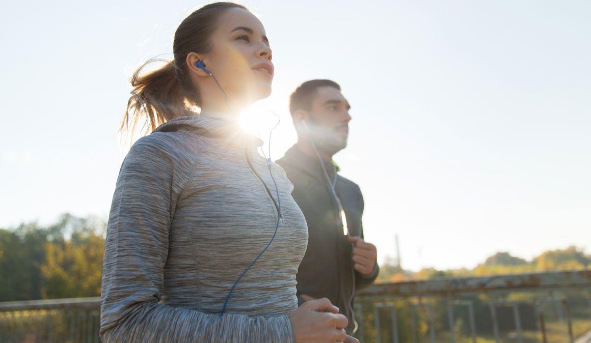 ¿Corres con música? Responde y entra en el sorteo de unos auriculares Bluetooth y una mochila Lowe Airzone Trail