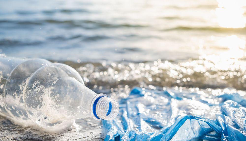 34.000 millones de botellas de plástico (PET) terminan cada año en los océanos.