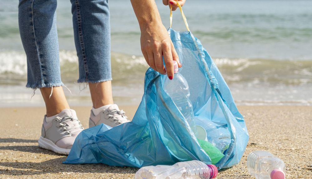 las botellas de plástico (PET) fueron, por peso, el artículo de plástico más encontrado en limpiezas de playas realizadas en todo el mundo.