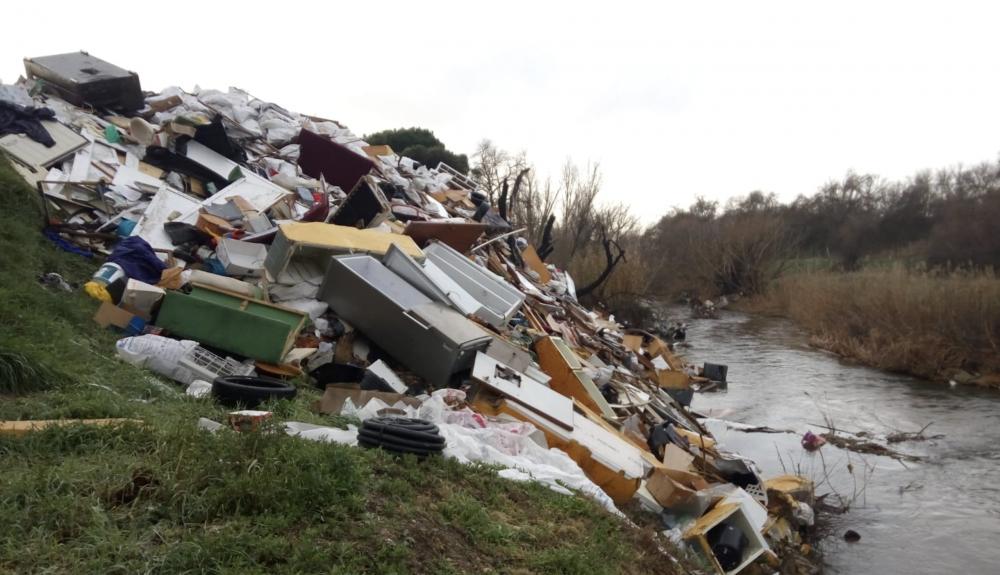 Las montañas de basura que se precipitan al río son inadmisibles.