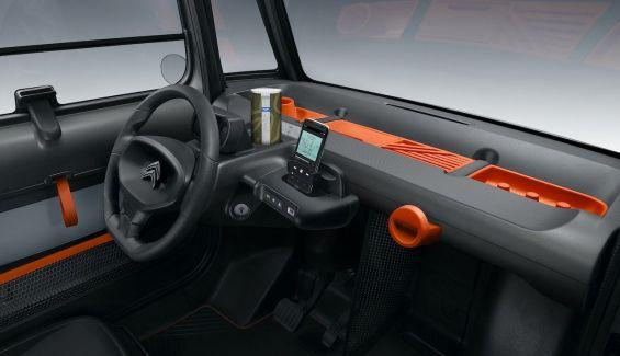 El interior del Citroën Ami es todo de plástico duro.