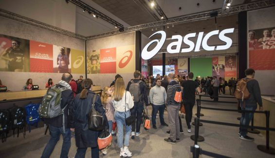 Stand de la firma Asics en la 41 edición del maratón de Barcelona